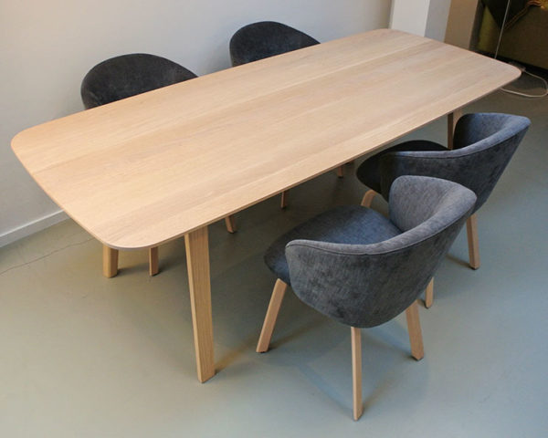 "Set Arco ""Essential"" wood eettafel + 4 x Arco ""Close"" stoel."